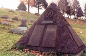 Grafmonument C.T. Russel, piramide met lauwerkrans, kroon en kruis op elke zijde