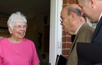 Jehova Getuigen langs de deur van-huis-tot-huis